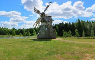 Humppila_tuulimylly_pellolla_windmill_on_field
