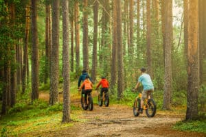 Maastopyöräily_biking_in_the_forest_fatbikes