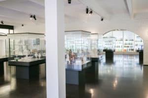 Suomen_lasimuseo_finnish_glass_museum_lasiesineet_vitriineissä