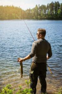 Lakeland_järvet_kalastus_saalis_järven_rannalla_fishing_catch_by_the_lake