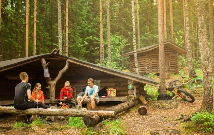 Retkellä_hämeessä_laavu_nuotio_makkaranpaisto_metsässä_luonto