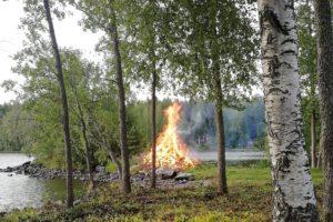 Juhannus_juhannuskokko_kokko_järven_rannalla