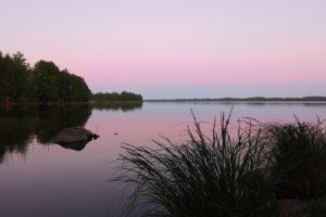 Juhannus_juhannusyö_järvi_maisema_tyyni