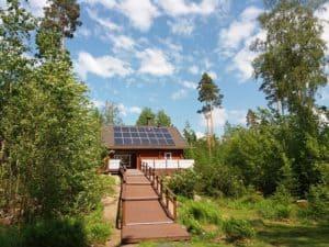 Aurinkopaneelit-Hiekkurin-katolla-Hykkilan-Huvilat