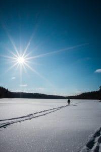 Hiihtoloma_aurinkoinen_talvipaiva_jarven_jaalla
