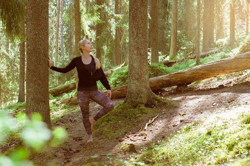 Jokamiehenoikeudet-luonnossa-vapaasti-liikkuminen-metsajooga