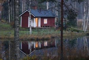 Mökkeily Punainen sauna järvenrannalla