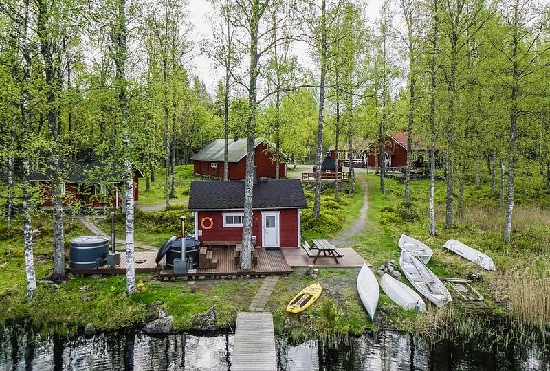 Mökkeily mökki rannassa sauna ja kanootteja