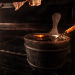 Vinkkejä saunomiseen Sauna kiulu saunan lauteilla