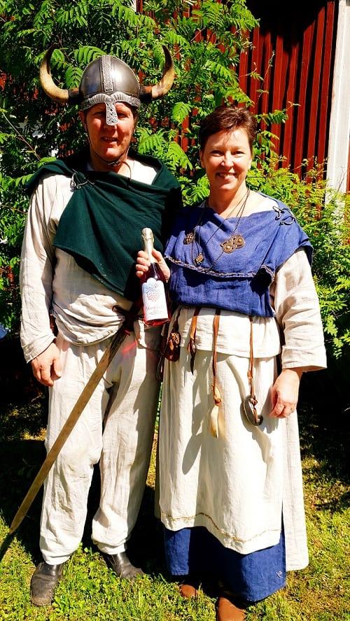 Urpolan-Kartano-Leena-ja-Mikko-Kylamarkula-viikinkiasuissa