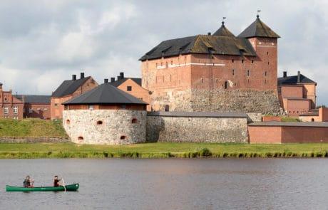 Hameen-linna-Hame-castle-ja-melojat-Vanajaveden-suunnasta