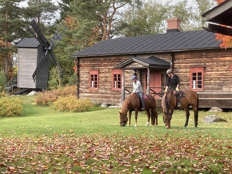 Hessi-Talli ratsastajat maalaismaisemassa
