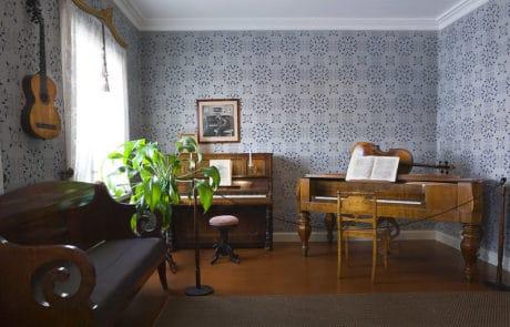 Sibelius-Sibeliuksen-syntymakoti-sisatila-soittimet