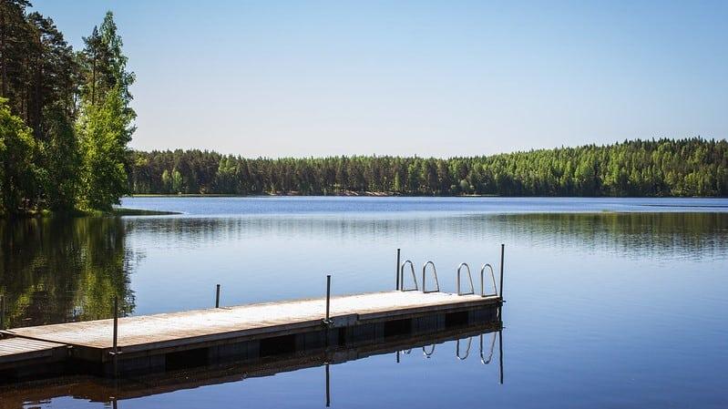 Suomalainen-sauna-saunalaituri-jarven-rannassa