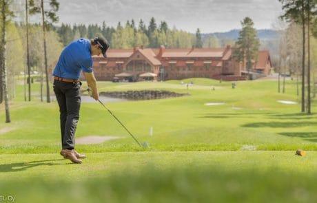Tiilaakso-Linnagolf-Vanajanlinna-pelaaja-golfkentalla