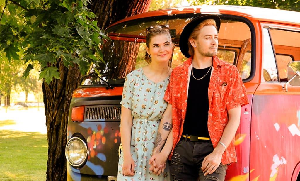 Pariskunta värikkään pakettiauton edessä