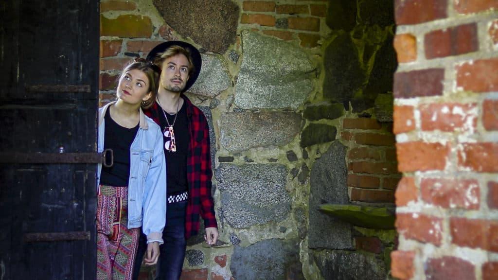 Nuori pariskunta kurkistaa sisään kirkkoon