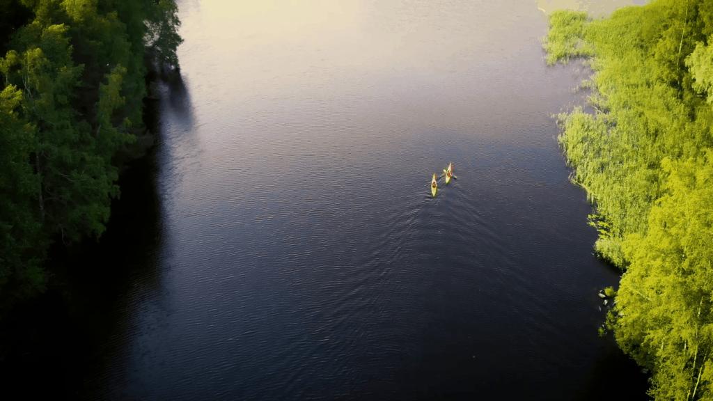 Lintuperspektiivi järvellä oleviin melojiin